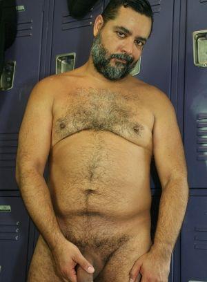 Lorenzo Bilbao rubs his meat