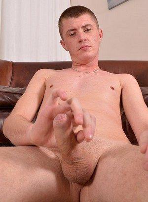 Kane Lee rubs his meat