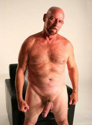 Chuck Martin rubs his meat